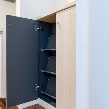 靴箱には10足ほど収納可能。