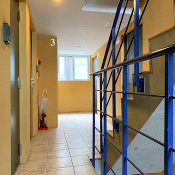 お部屋前はイエローとブルーの空間。
