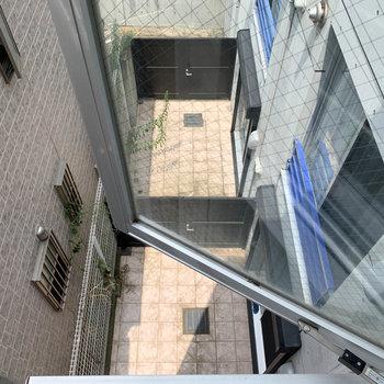 下を見ると、同マンションの共用部です。