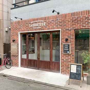 お部屋の近くにはパン屋カフェがありました。