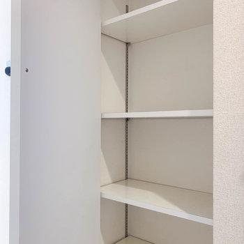 手前には棚も付いています。ここに靴をしまうのもありかも。