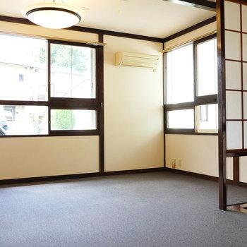 約9帖の洋室です。3面採光。