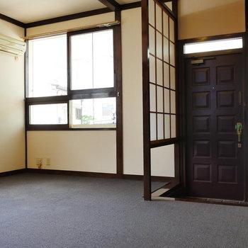 玄関は障子でパーテーション。