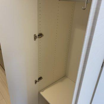 廊下にクローゼットが2個。両方の中はこのようになっています。※写真は3階の同間取り別部屋のものです