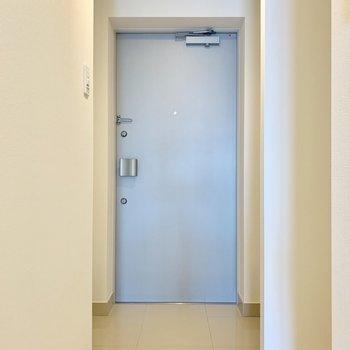 フラットな玄関※写真は3階の同間取り別部屋のものです