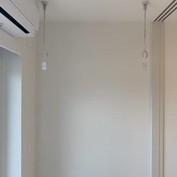 窓の前に洗濯竿がかけられます※写真は3階の同間取り別部屋のものです
