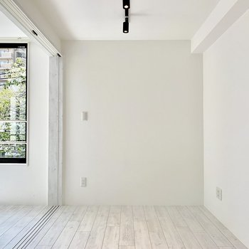 【bedroom】コンセントは正面の壁と右手の壁に。