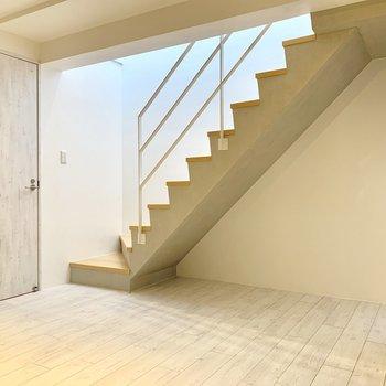 階段前の扉は水回り。※ 写真は前回募集時のものです