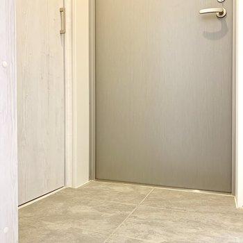 玄関はフラット。スムーズに居室に。※ 写真は前回募集時のものです