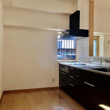 キッチン後ろにもゆとりがあり、食器棚も置けそう。