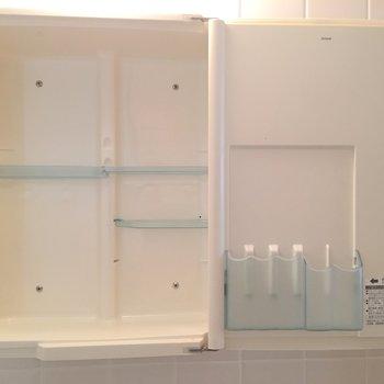 鏡が収納になっています。洗面台がコンパクトでも、これなら安心◎