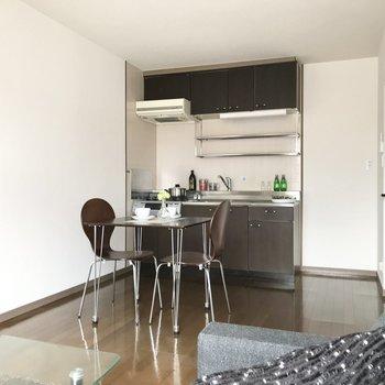 キッチンはチョコレートのようなダークブラウン。(※写真は2階反転間取り、モデルルームのものです)