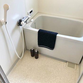 使いやすい蛇口のお風呂。窓付きで換気もバッチリ。(※写真は2階反転間取り、モデルルームのものです)