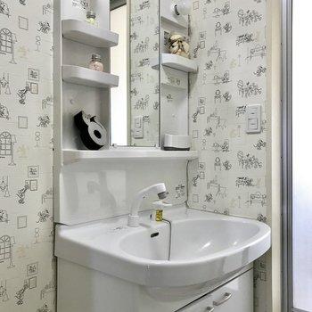 この洗面台、使いやすそうですよね。(※写真は2階反転間取り、モデルルームのものです。実際の壁紙は無地になります。)
