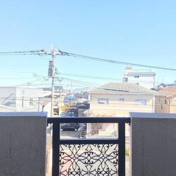 【洋6.26帖①】住宅街の上に青空が広がります。