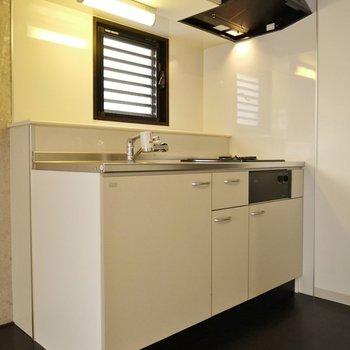 ホワイトのキッチンが映える♪※写真は同タイプの別室。