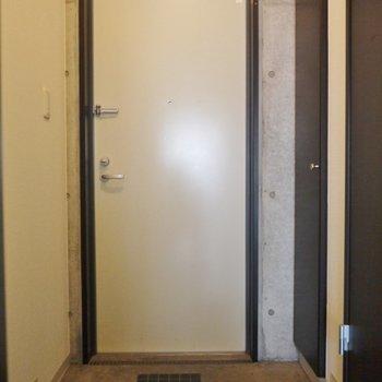 玄関はそんなに広くはないです。※写真は同タイプの別室。