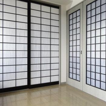 障子風のすりガラスの扉。右の扉をあけてみると・・・(※写真は清掃前のものです)