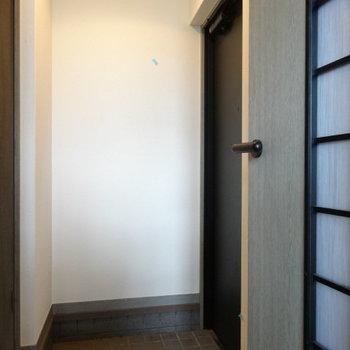 玄関は少しコンパクト。(※写真は清掃前のものです)