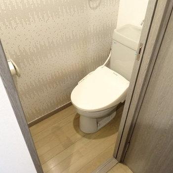 トイレはウォシュレット付き。壁もポイント!(※写真は清掃前のものです)