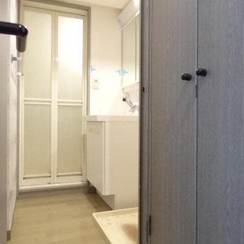 脱衣所も十分な広さ。洗面台と洗濯機置場はここに。(※写真は清掃前のものです)