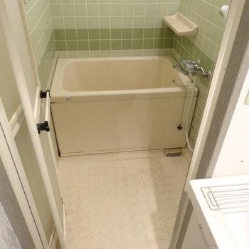 お風呂はちょいレトロ。広さは十分です◎(※写真は清掃前のものです)