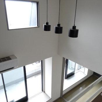 上にも窓があるので明るい!照明もオシャレなんです。(※写真は清掃前のものです)