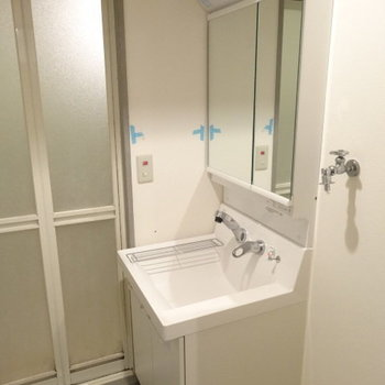 水栓は横から出ているので、顔洗いやすいし小さなものの手洗いもしやすい◎(※写真は清掃前のものです)