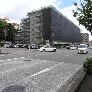 こちらの大通り沿い。スーパーやドラッグストア、コンビニもあるのです◎