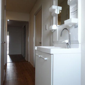 洗面台の水栓オシャレ!洗面ボウル広々使えるから、洗濯物の手洗いもしやすい◎