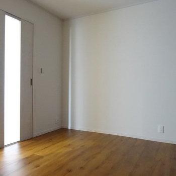 こちらも広々のスペース。ベッド2つ並びそう。