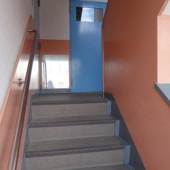 オレンジとブルーの共用部!こんな楽しいカラーなら、階段登るのもラクラク!?