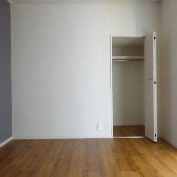 窓がないから、ここは子どもたちの寝室にいかが?クローゼットには寝具をしまって。