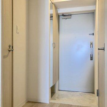 さて、廊下の右の扉の先へ