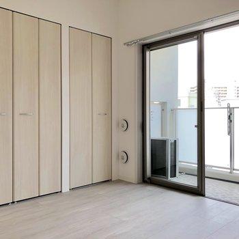 【洋室】左は収納、右の扉は…?