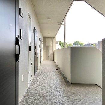 風を感じる廊下です。お部屋は1番奥のお部屋です