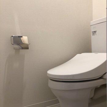 廊下左側にはトイレがあります