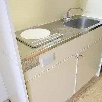 キッチンはシンプルに1口IH。ぱぱっと作れる料理のレパートリーが増えそう。(※写真は2階の反転間取り別部屋のものです)