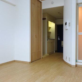 この湾曲した壁、すき。(※写真は2階の反転間取り別部屋のものです)