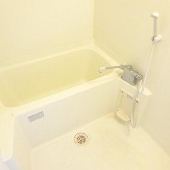 狭すぎないバスルーム(※写真は2階の同間取り別部屋のものです)
