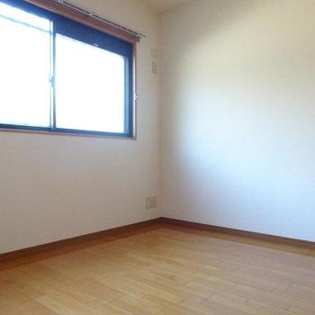 1階の洋室もベッドの置ける広さ◎(※写真は2階の同間取り別部屋のものです)