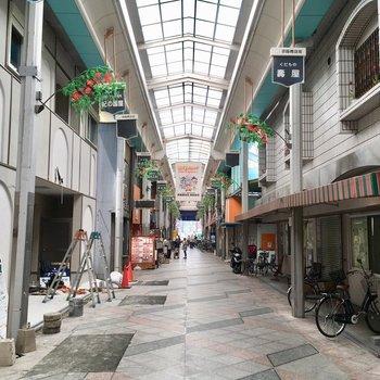 京阪商店街がすぐ近くにあります
