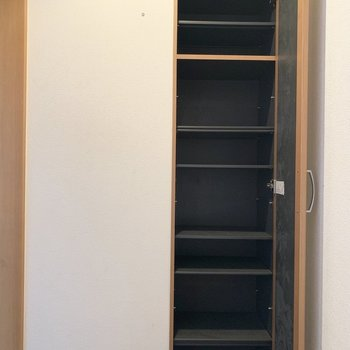 鏡付きのシューズボックスはシューズもたくさんしまえそう。(※写真は清掃前、2階の反転間取り別部屋のものです)