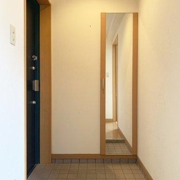 ゆったり玄関、シューズもいくつか並べておける。(※写真は清掃前、2階の反転間取り別部屋のものです)