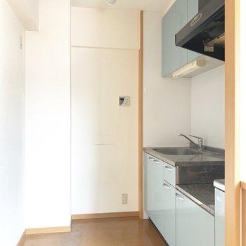 ちょっと奥まったところに爽やかなキッチン!(※写真は清掃前、2階の反転間取り別部屋のものです)