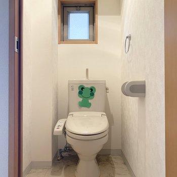 トイレにも小窓。おまけにウォシュレット付き。(※写真は清掃前、2階の反転間取り別部屋のものです)