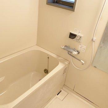 浴槽は小窓付きなので換気しっかりカビ対策も○(※写真は清掃前、2階の反転間取り別部屋のものです)