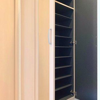 シューズボックスも大容量!扉には鏡もついています。(※写真は11階の反転間取り別部屋のものです)