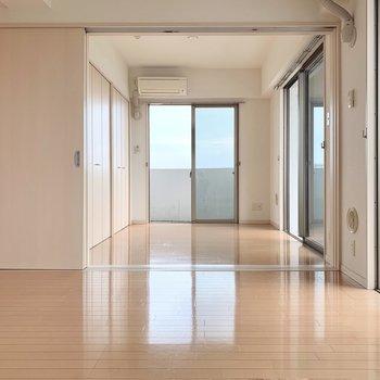 ダイニングの隣の洋室はリビングとして使いたいな。(※写真は11階の反転間取り別部屋のものです)