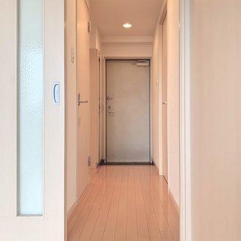 廊下側に寝室と水回り。(※写真は11階の反転間取り別部屋のものです)